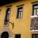 Palazzo Frangipane con il mega poster della mostra di Tarcento