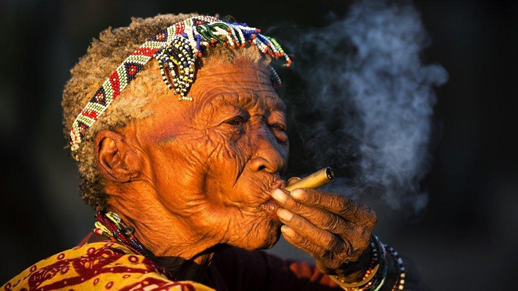 Anziana del popolo San, Bushmanland.